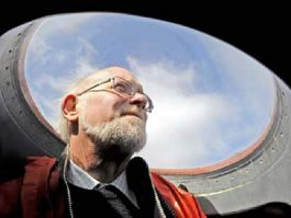Commissioner Alan Huckle looking out from the aircraft's viewing bubble. Photo 'MPC Photo Section'