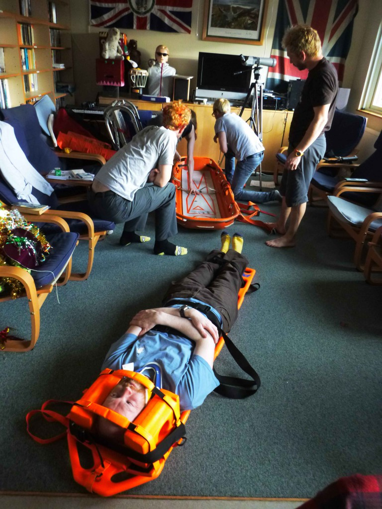 Search & Rescue indoor practice: testing restraint in the spinal board and assembly of the stretcher.