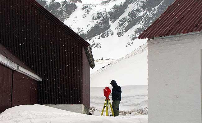 Geometria surveyor with laser.